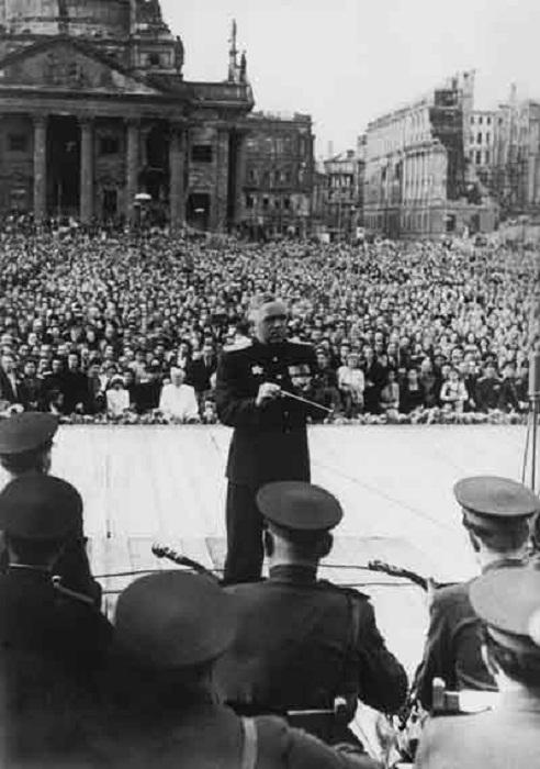 Ансамбль Александрова. Исторический «концерт на руинах» в Берлине 18 августа 1948 года. Дирижирует Борис Александров.