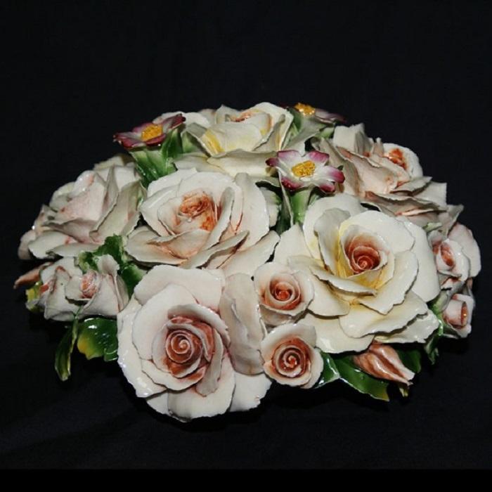Декоративный букет «Розы и фиалки»