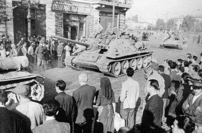 Советские войска входят в Бухарест. /Фото: war-book.ru