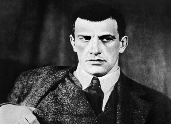 Маяковский сознательно создавал образ сурового и жесткого мужчины. /Фото: 20-21.ru