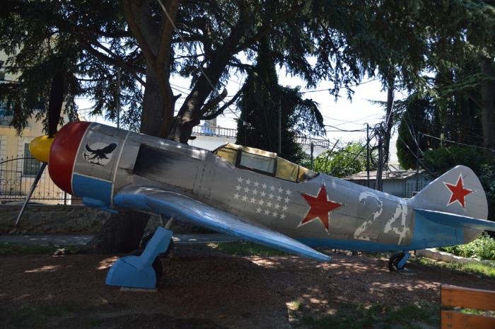 Самолет Амет-Хана в Алупке. /Фото: im0-tub-ua.yandex.net
