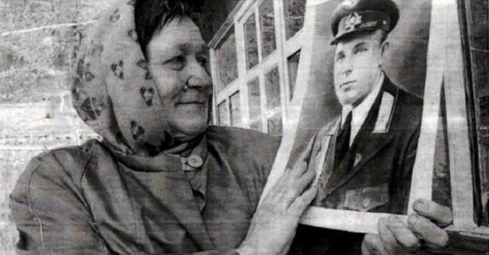 Племянница держит в руках фото Ивана Даценко. /Фото: image1.thematicnews.com