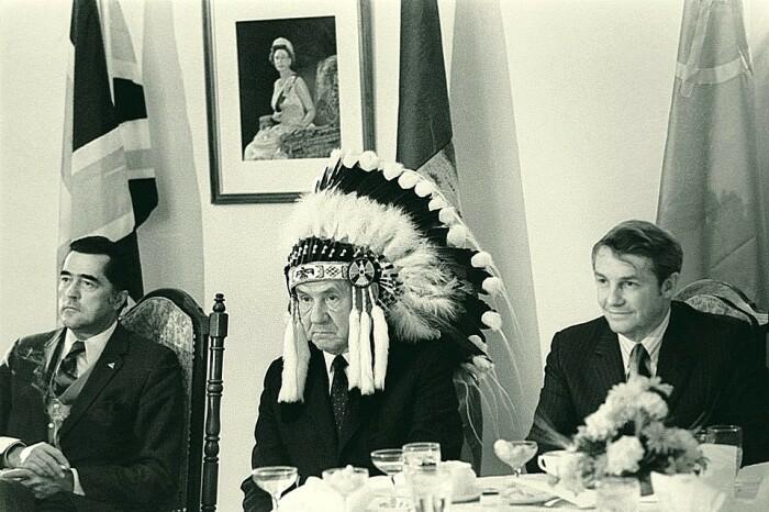 В национальном головном уборе индейцев. /Фото: i.pinimg.com