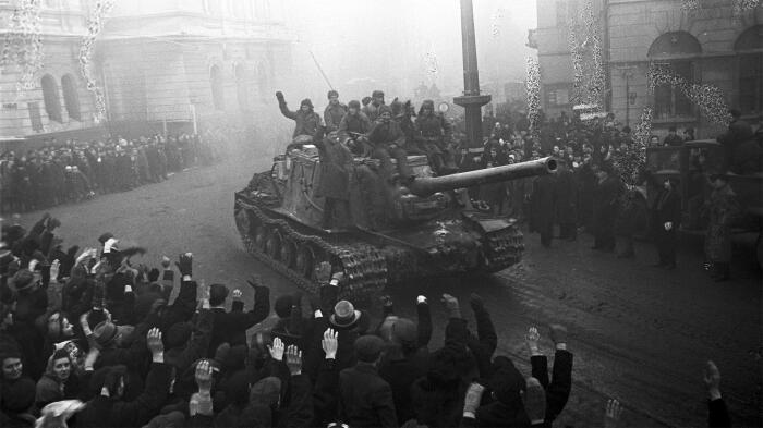 Варшава в лице мирных жителей встречает советскую армию. /Фото: cdn.iz.ru