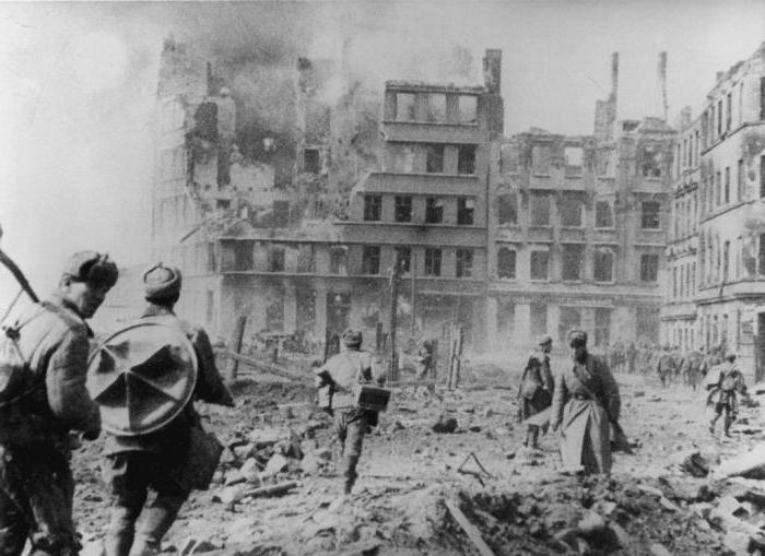 Советские солдаты штурмуют Кёнигсберг
