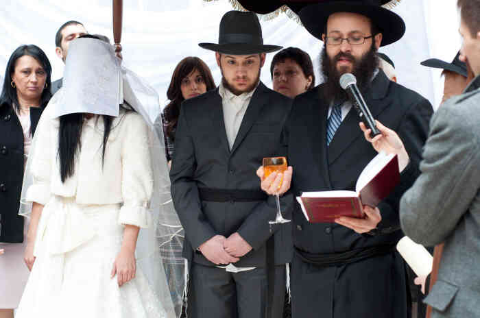 Во время иудейской свадьбы лицо невесты закрывалось покрывалом. /Фото: happymigration.com