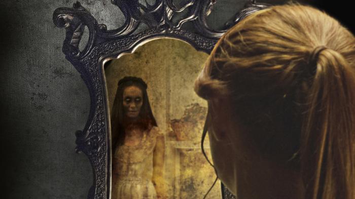 Легенда о том, что за зеркальной поверхностью живет нечисть, популярна и сегодня. /Фото: horrorzone.ru