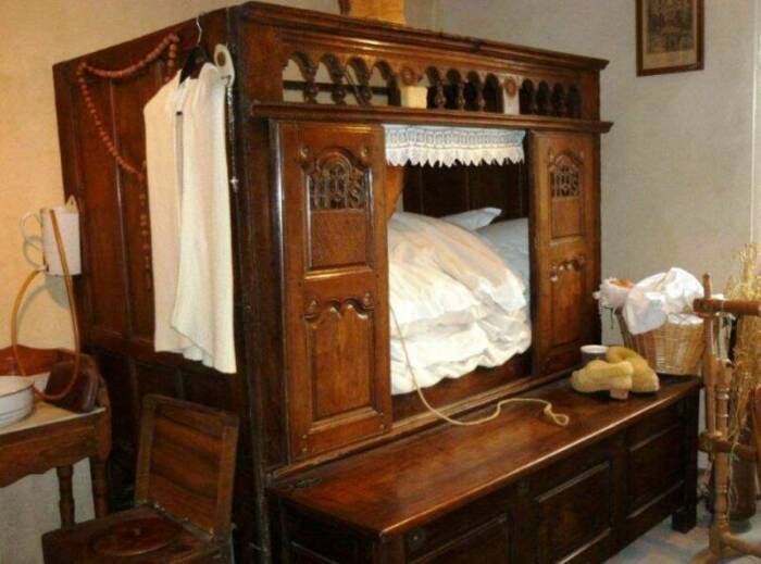Моду спать в шкафу Петр I привез из Голландии. /Фото: comandir.com