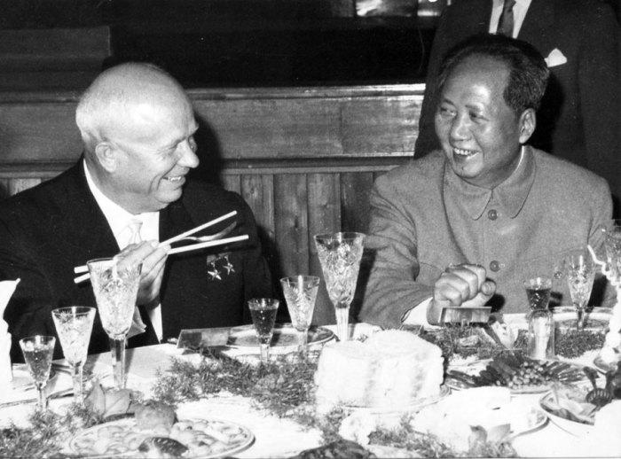 Несмотря на внешнюю дружелюбность, Мао не видел Хрущева равным себе лидером./Фото: avatars.mds.yandex.net