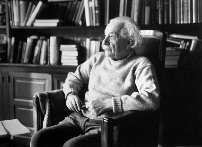 Одна из последних фотографий Эйнштейна./Фото: avatars.mds.yandex.net