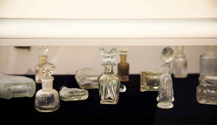 Коллекция флаконов от духов Г. Брокара, сохранившаяся до наших дней. /Фото: pbs.twimg.com