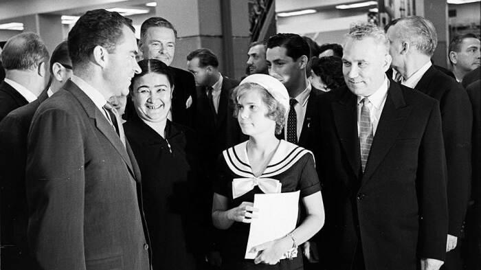 Фрол Козлов (справа) беседует с вице-президентом США Ричардом Никсоном. /Фото: im.kommersant.ru