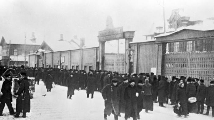 В январе 1905 года на Путиловском заводе началась забастовка, вызванная незаконным увольнением четырёх рабочих. /Фото: imgtest.mir24.tv