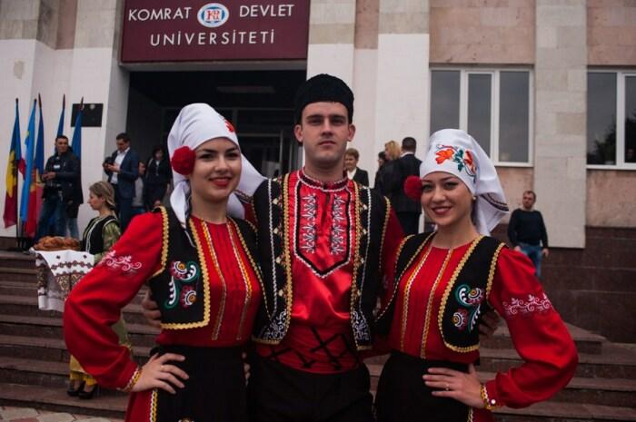 Современные гагаузы в национальных костюмах. /Фото: crimeantatars.club