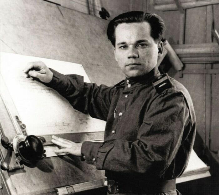 Михаил Калашников в процессе работы. /Фото: ic.pics.livejournal.com