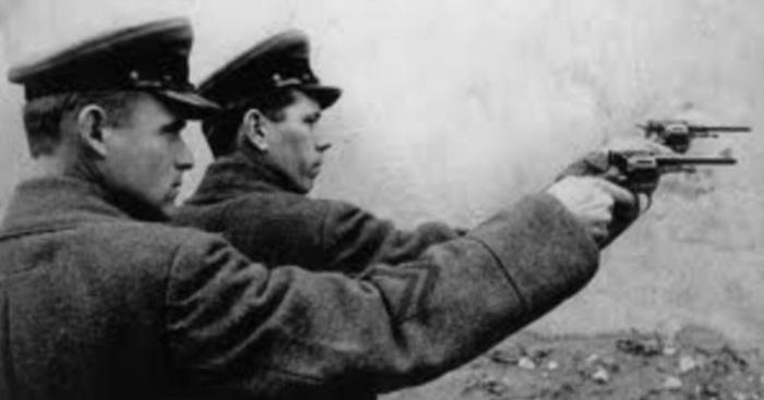 В 1922 году в СССР могли расстрелять за неисполнение обязательств по договору, в 1960 – за мародёрство, в 1962 – за взяточничество./Фото: 1.bp.blogspot.com
