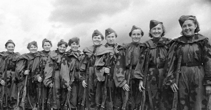 По прибытии на фронт девушек-снайперов зачастую встречали недоверчиво, и только после контрольных стрельб, которые были определённым «испытанием на прочность», уважение со стороны старших товарищей сразу возрастало./Фото: 1.bp.blogspot.com