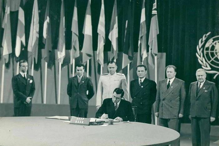 Громыко на подписании устава ООН. /Фото: avatars.mds.yandex.net