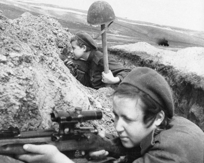 Женщины-снайперы (стрелок и наблюдатель) ведут охоту за снайпером противника./Фото: pp.userapi.com