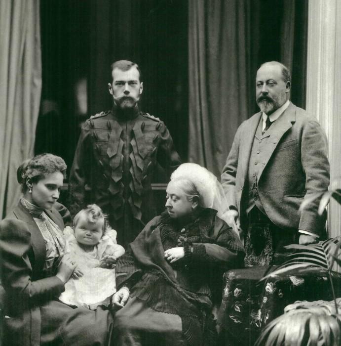 Королева Виктория с мужем, внучкой Александрой Федоровной, русским императором Николаем II и их дочерью Ольгой./Фото: museivaticani.va