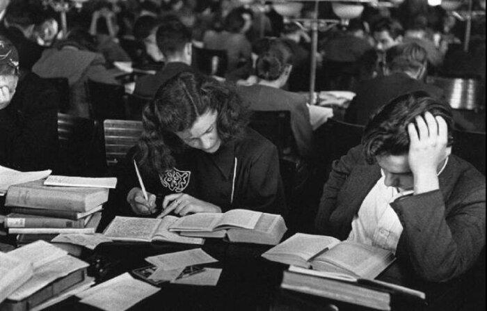 Студентам во время учебы приходилось много конспектировать: на лекциях, в библиотеке, дома. /Фото: img-fotki.yandex.ru