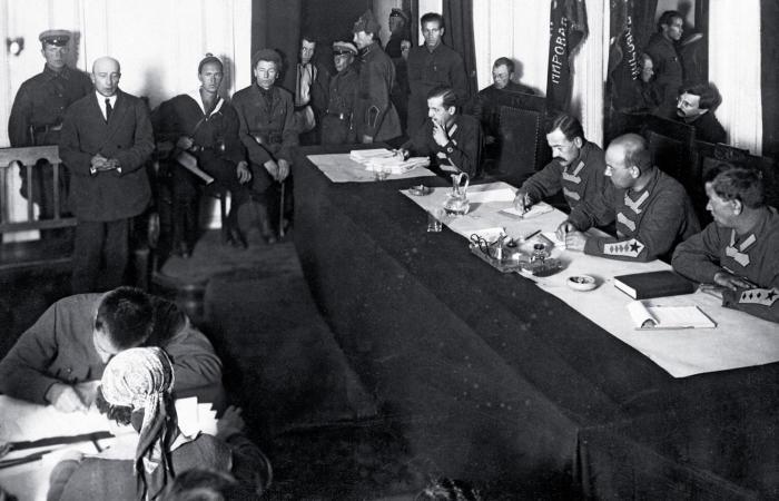 Процесс над Б. В. Савинковым, 1924 г. (Савинков стоит слева, у стены сидит В. Р. Менжинский)./Фото: static.polityka.pl