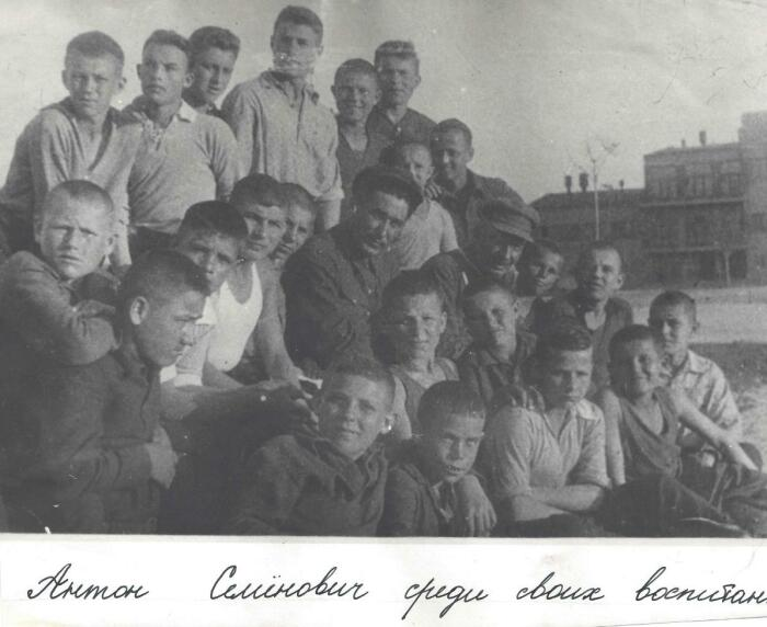 Антон Семенович с воспитанниками. /Фото: prorivists.files.wordpress.com