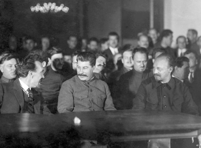 Сталин с Рыковым (слева) и Бухариным (справа). Декабрь 1927 г. Через несколько месяцев между ними развернётся решающее сражение за власть. В 1938 г. Рыков и Бухарин будут расстреляны./Фото: deduhova.ru