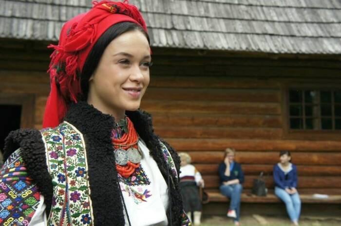 Мария Яремчук в украинском национальном костюме. /Фото: ilarge.lisimg.com