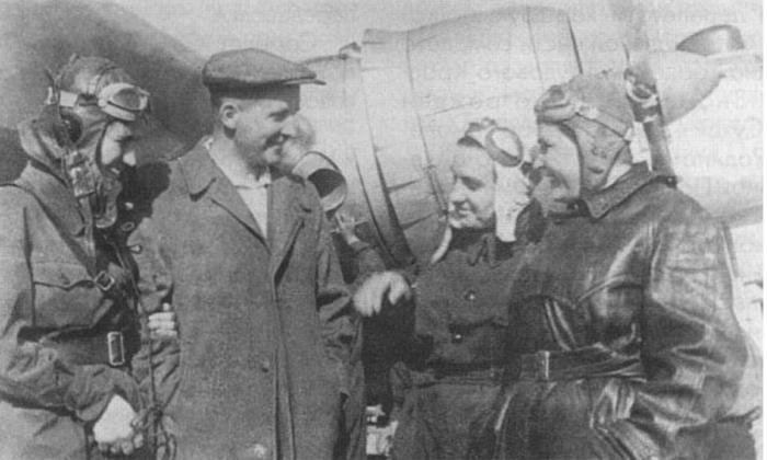 Экипаж «Родины» и главный конструктор Сухой у самолета перед тренировочным вылетом. /Фото: pobedarf.ru