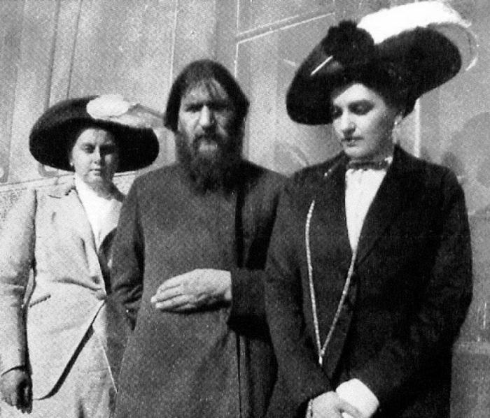 Григорий Распутин и его поклонницы./Фото: diaryrh.ru