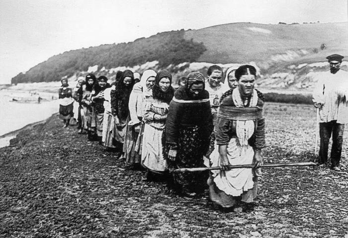 Женщины-бурлаки на Суре./Фото: lh6.googleusercontent.com