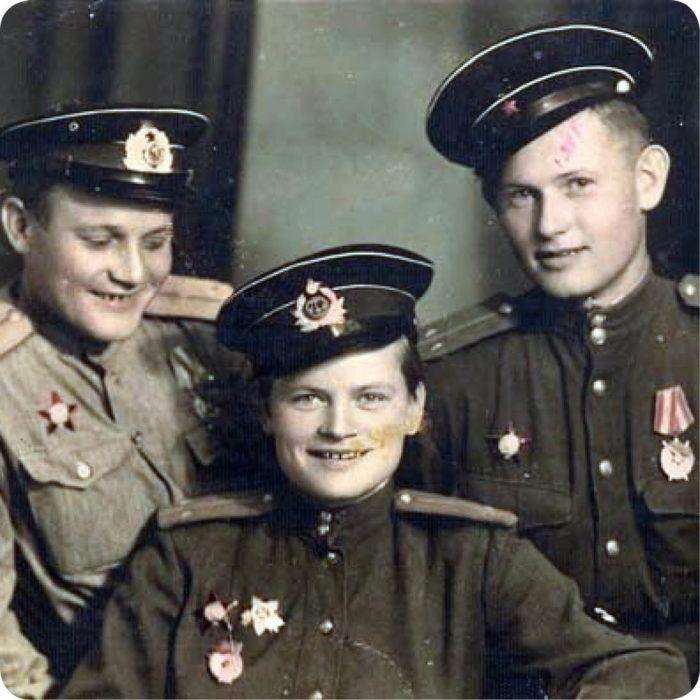 Евдокия Завалий с сослуживцами (в центре). /Фото: mtdata.ru
