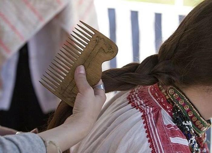 Выбрасывать волосы после стрижки на Руси не рекомендовалось. /Фото: midgard-info.ru