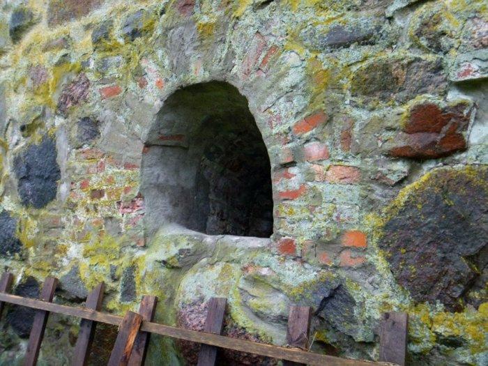 В Пороховом погребе есть маленькие окошки, которые ведут в подземелье./Фото: img-fotki.yandex.ru