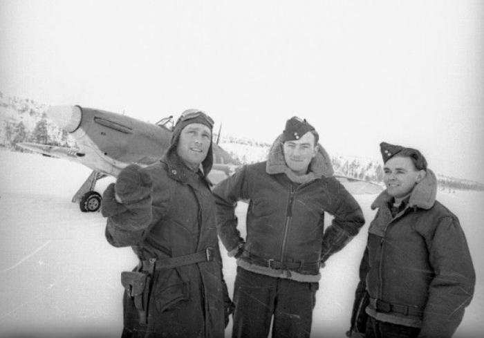 Советский ас Борис Сафонов с британскими лётчиками Кеннетом Уодом и Чарльтоном Хоу. /Фото: m.bk55.ru