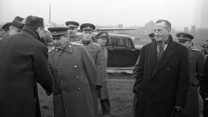 Сталин ценил и уважал Керра (справа от вождя)./Фото: im3.kommersant.ru