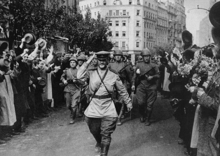 Встреча советских солдат. /Фото: farm2.staticflickr.com