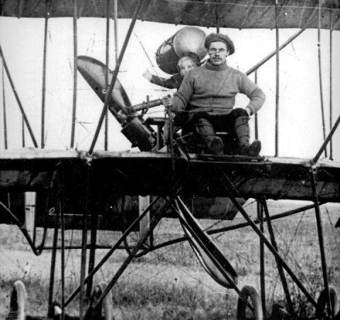 Маленькая Валя Гризодубова со своим отцом – Степаном Васильевичем./Фото: cdni.rt.com