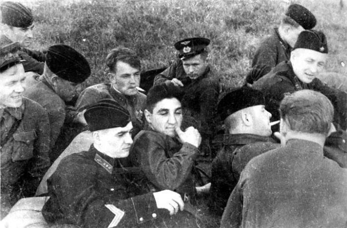Владимир Микоян (в центре). /Фото: img.wikireading.ru