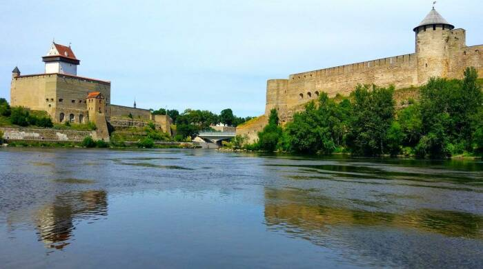Ивангородская крепость и замок Нарвы. /Фото: topwar.ru