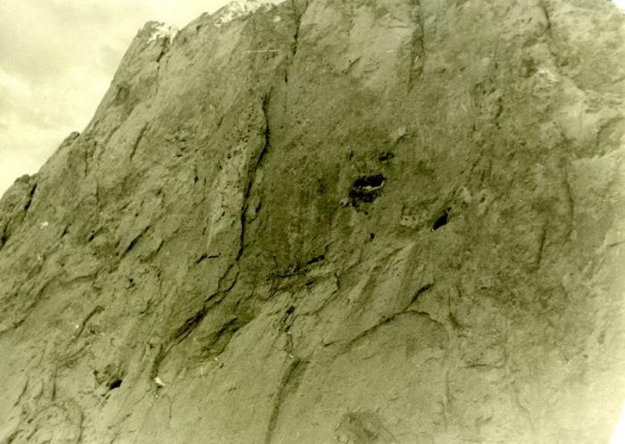 Отверстие-вход в пещеру. /Фото: risk.ru