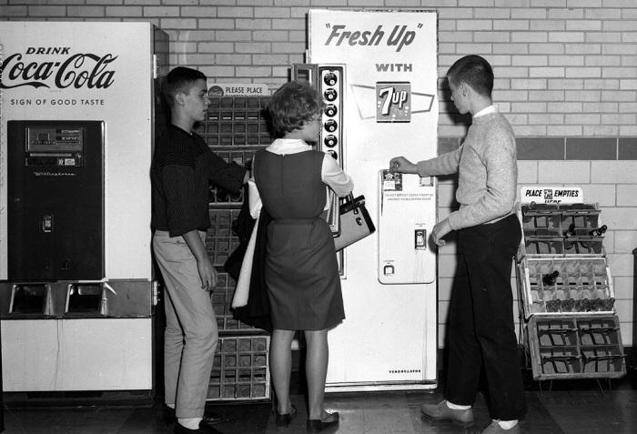 Первые вендинговые автоматы Америки. /Фото: veq.ru