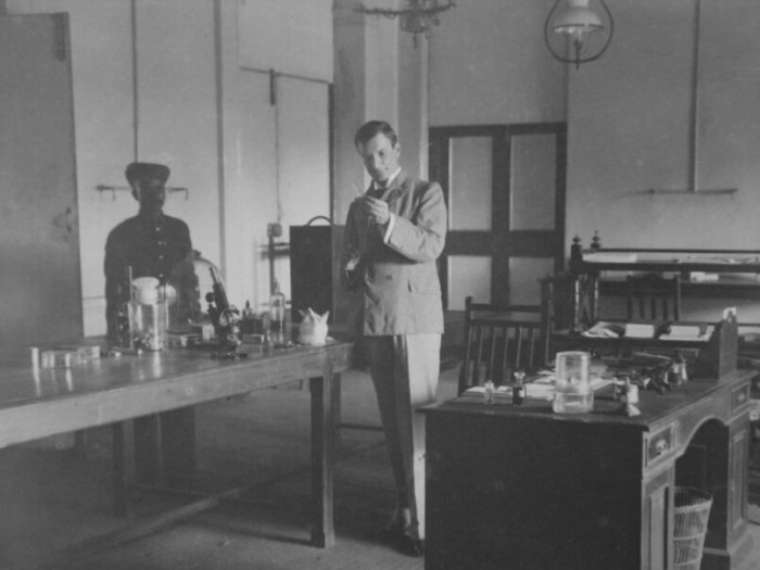 Хавкин в исследовательской лаборатории. /Фото: mahatmahaffkine.com