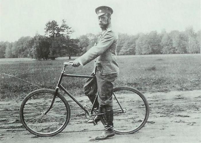 Император Николай II на велосипедной прогулке. /Фото: cdni.rbth.com