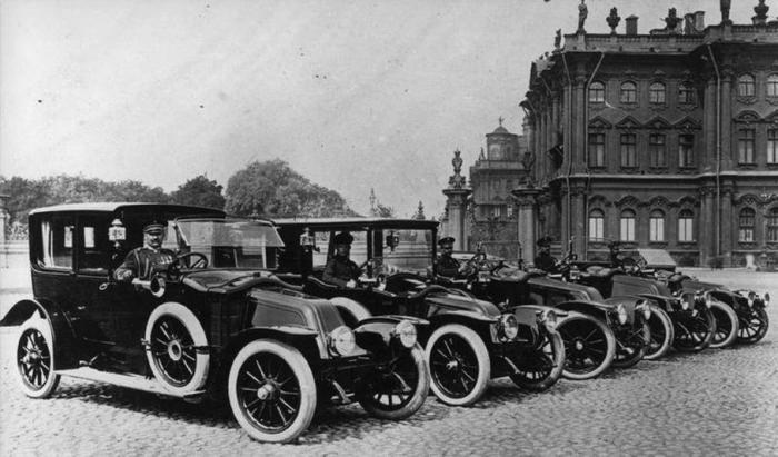 В Императорском гараже сразу сложились три группы автомобилей: императорский разряд, свитские машины и автопарк дворцового коменданта./Фото: motor.ru