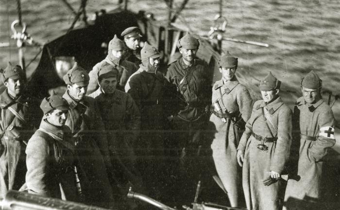 Красноармейцы с захваченными китайскими знаменами. /Фото: lh3.googleusercontent.com