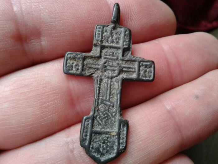 Принимать в подарок крест можно  только от близкого человека. /Фото: magiya.guru