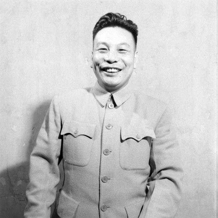В XX веке и китайцы, и советские граждане улыбались редко, а Цзян дружелюбно и уверенно улыбается на всех фото, и это было его фишкой./Фото: lh6.ggpht.com