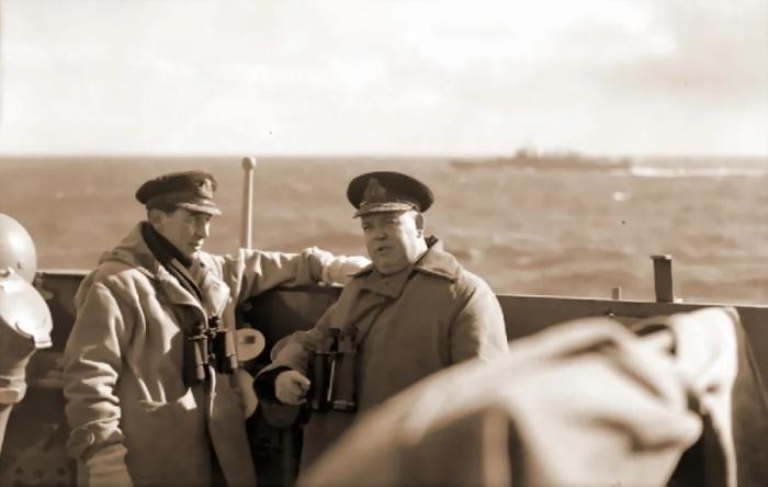 Командир «Эдинбурга» капитан Хью Фолкнер и командующий 18-й эскадры крейсеров контр-адмирал Стюарт Бонэм-Картер на мостике крейсера. /Фото: avatars.mds.yandex.net